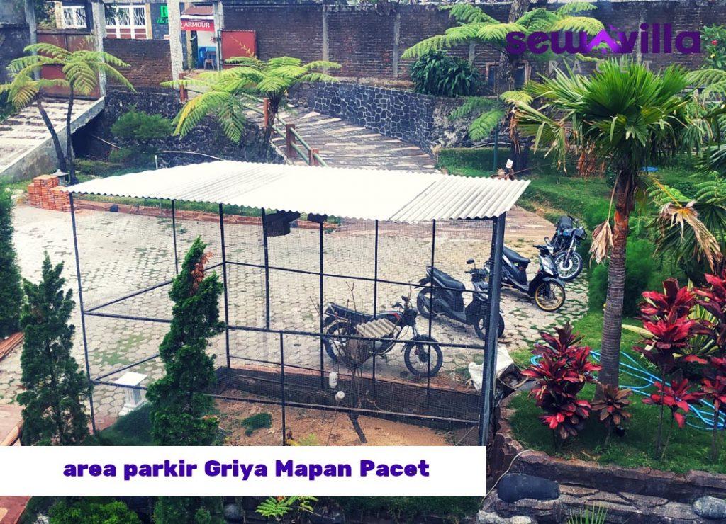 terdapat kandang burung lovebird di sampin area parkir villa griya mapan pacet