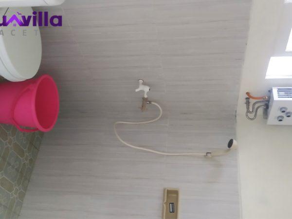 kamar mandi yang dilengkapi air panas villa pondok sawah pacet