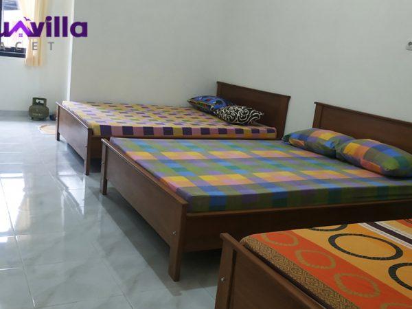 3 tempat tidur di salah satu kamar tidurnya