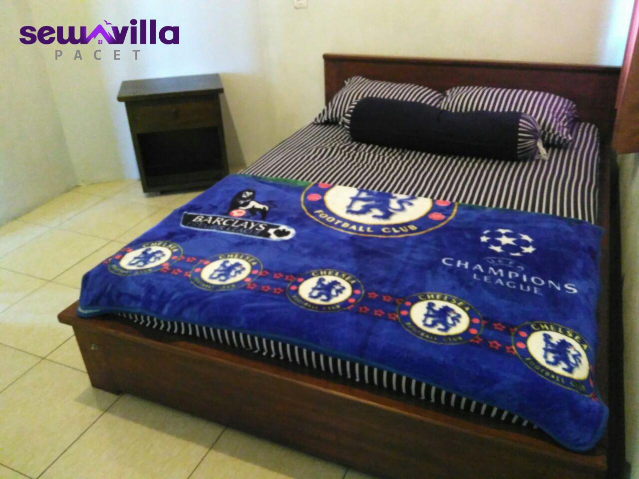 kamar tidur bersih dan nyaman di villa nuansa padusan