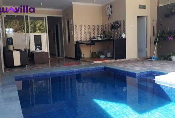 villa batu ini memiliki fasilitas kolam renang pribadi