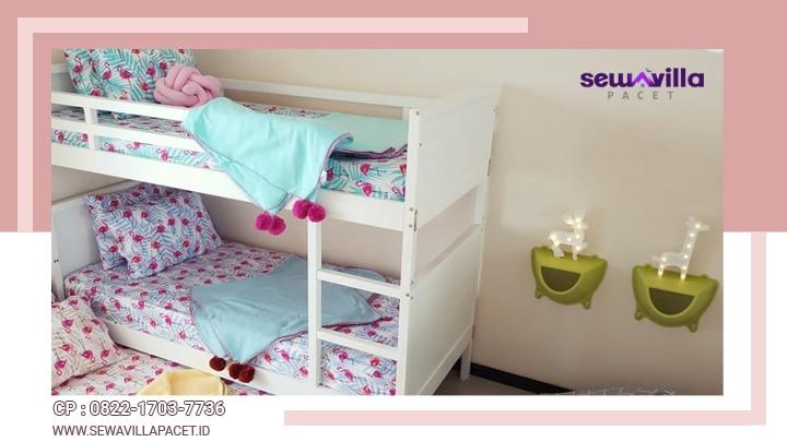 kamar tidur dengan ranjang susun di villa casa skyrose batu