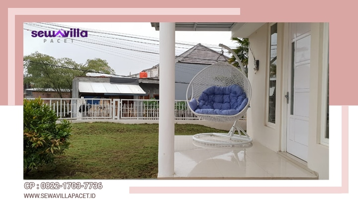 taman minimalis dilengkapi ayunan depan halaman villa casa skyrose batu