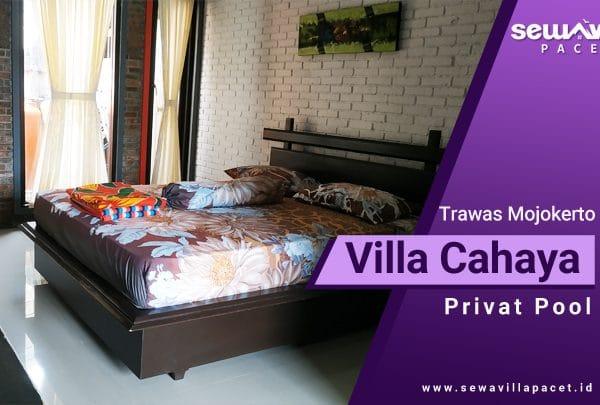 villa cahaya trawas memiliki kamar tidur luas dengan bed berukuran besar