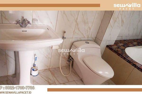 kamar mandi bersih mewah terdapat juga bathub di villa tiyasa batu