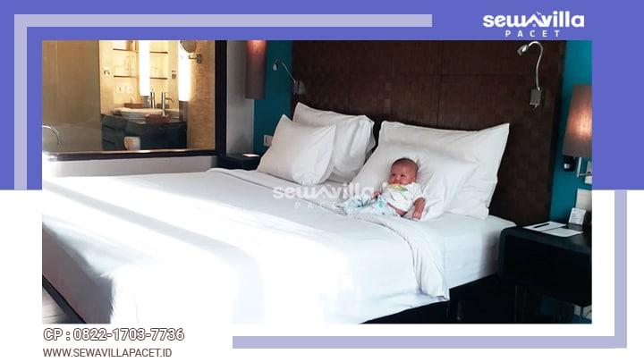 terdapat lima kamar tidur dengan king size bed di villa tiyasa batu