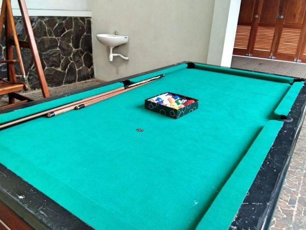 villa bsf batu ini juga memiliki fasilitas Meja Billiard