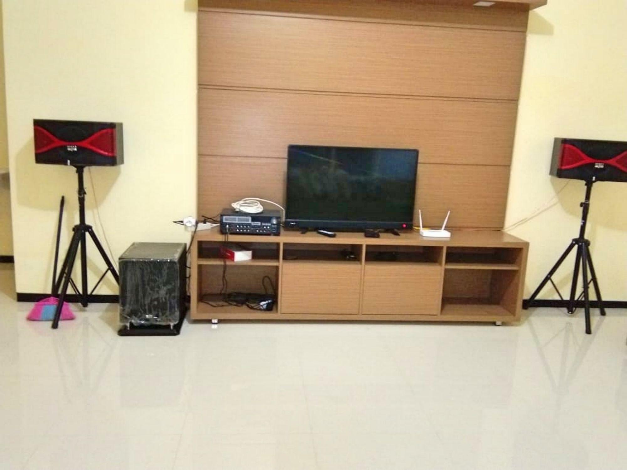 ruang karaoke dengan televisi led villa bsf batu sangat rekomended buat yang suka bernyanyi