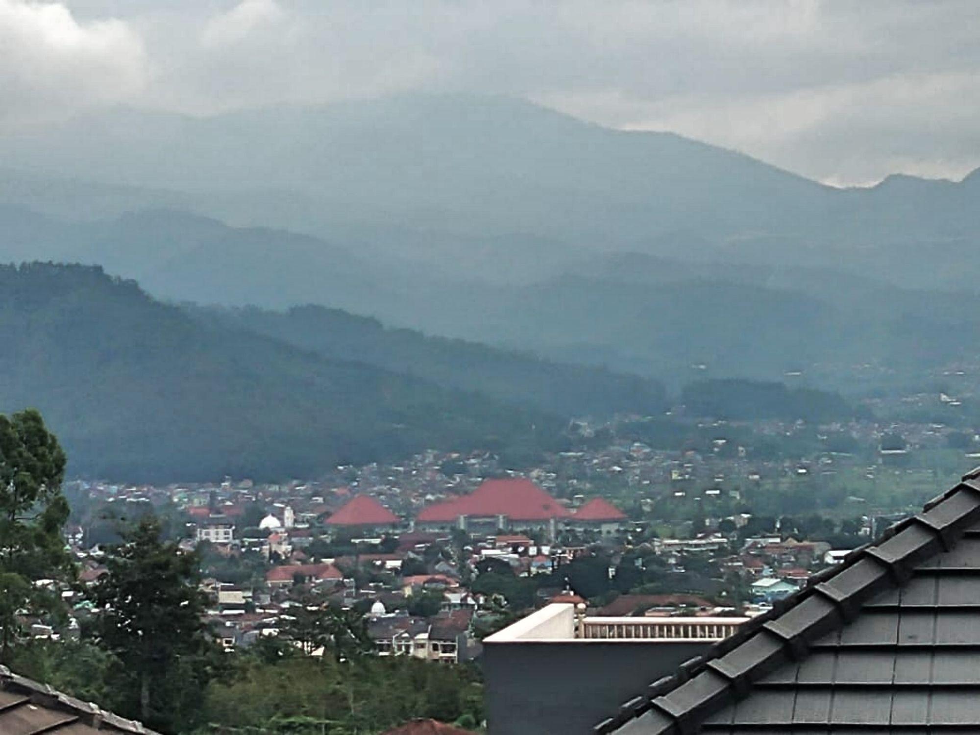 villa bsf batu memiliki pemandangan atau view yang bagus yaitu gunung dan kota