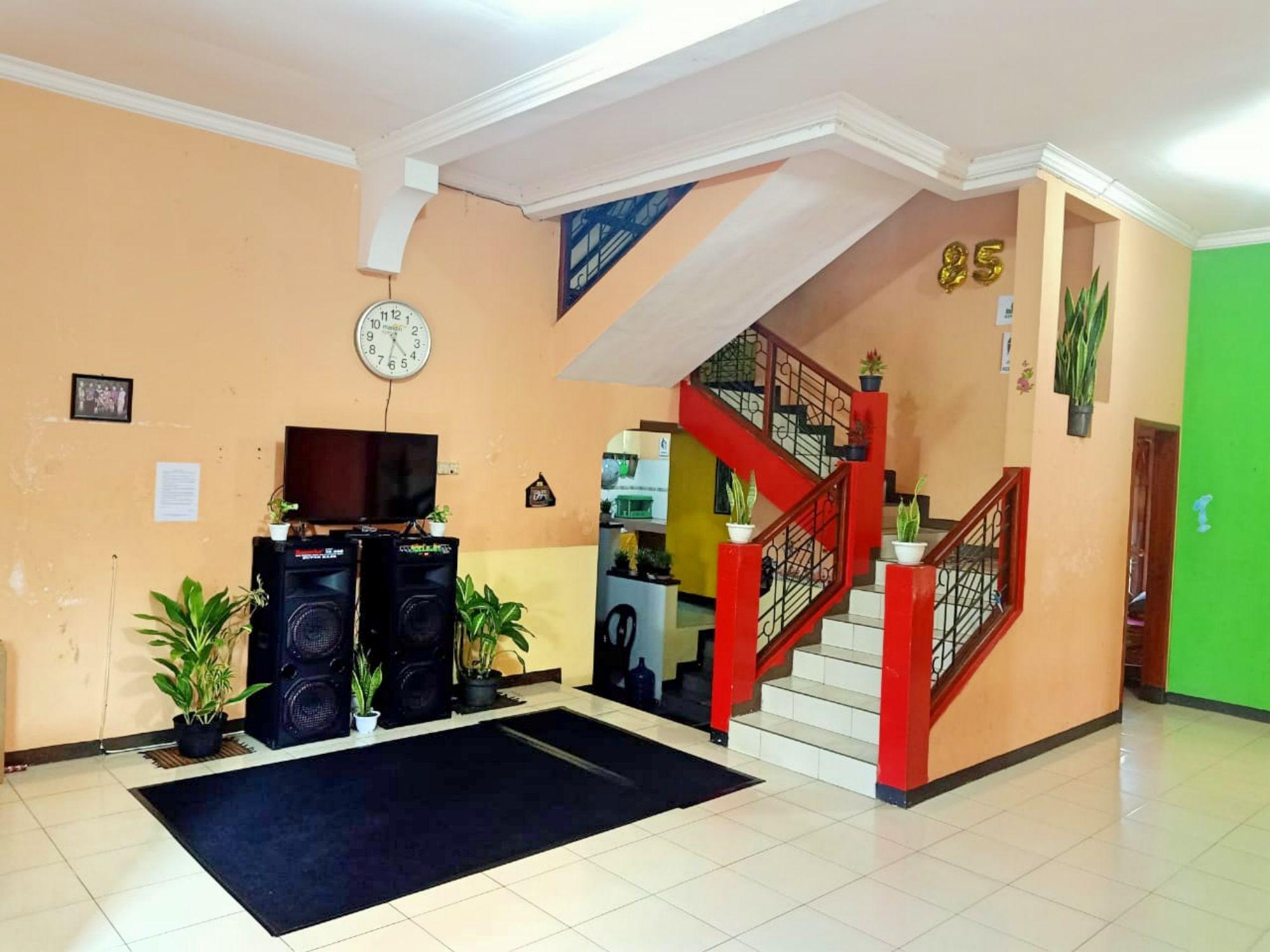 villa alfarizi pacet ruang tengah luas dilengkapi televisi LED dan karaoke