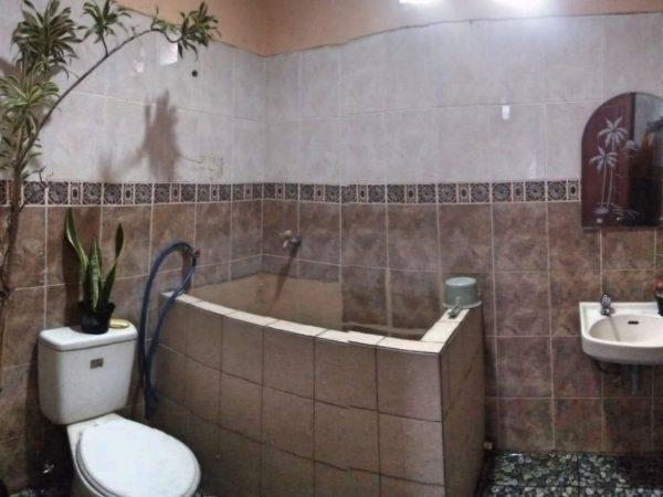 kamar mandi di villa alfarizi pacet dengan kloset duduk