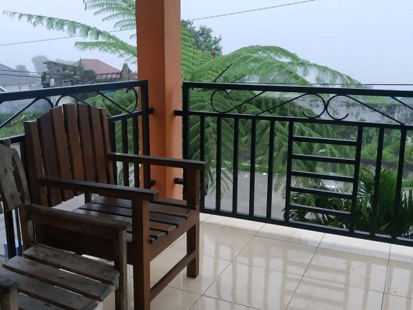 villa haris pacet balkon menghadap pemandangan sawah